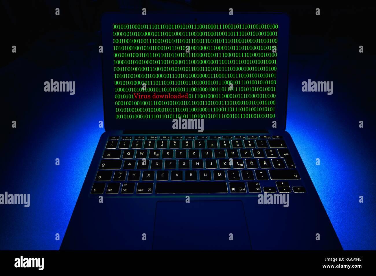Laptop mit binären Zahlen auf dem Bildschirm. Symbol Bild malware, Virus Alarm, Computerkriminalität, Datenschutz, Baden-Württemberg Stockbild