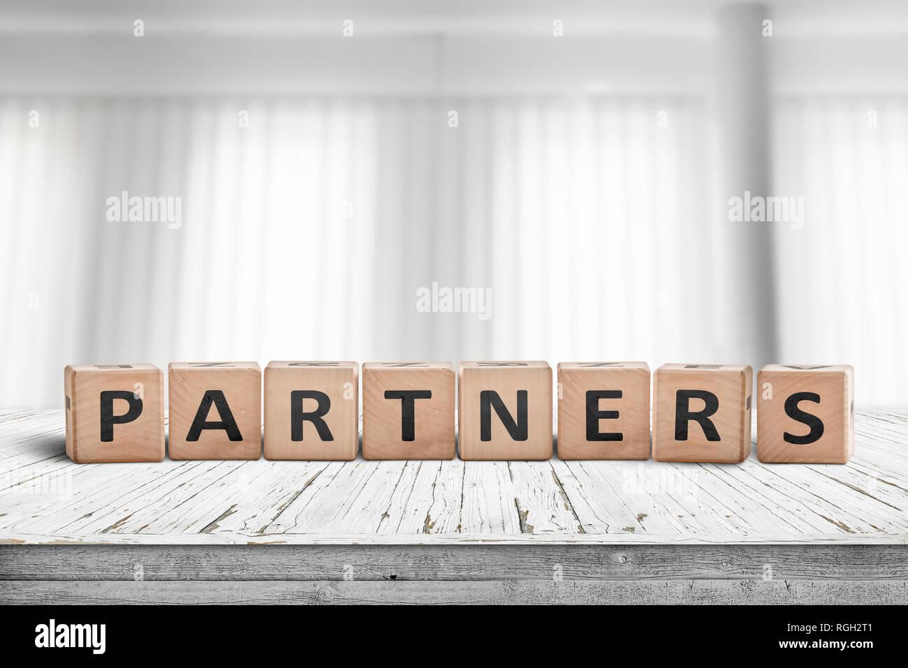 Incroyable Partner Anmeldung Auf Einem Schreibtisch In Einem Hellen Büro Mit Weißen  Vorhängen Im Hintergrund