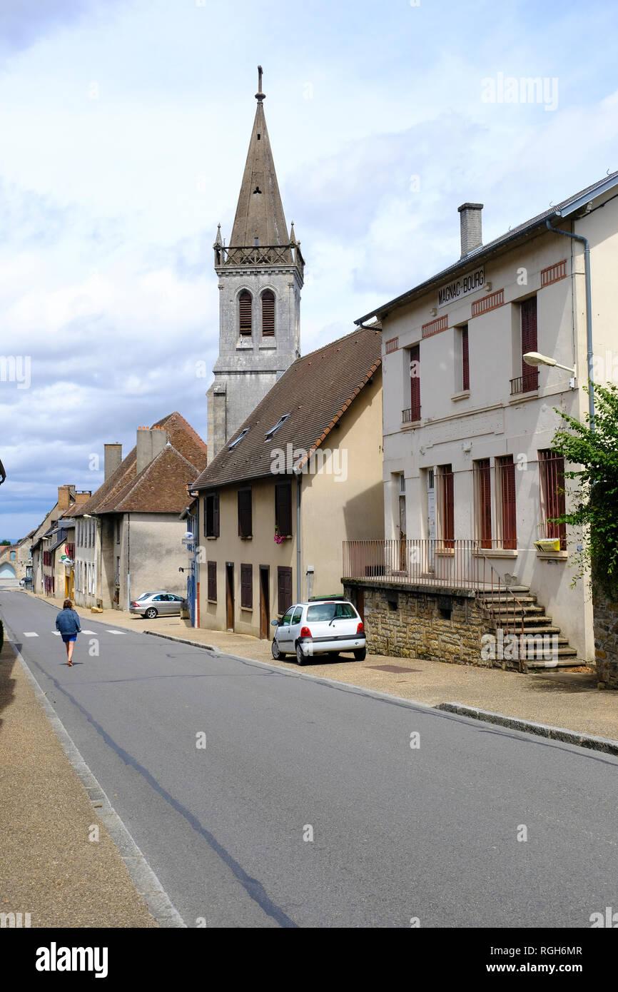 Blick auf die Straße in der Stadt Magnac-Bourg. Magnac-Bourg ist eine Gemeinde in der Region Nouvelle-Aquitaine im Westen - zentrales Frankreich. Stockbild