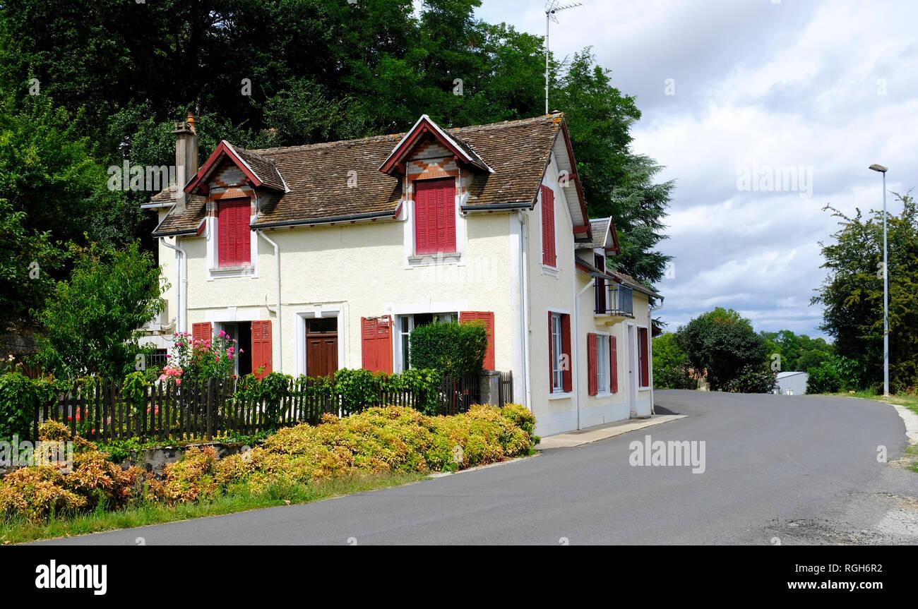 Altes schönes Haus in Magnac-Bourg. Magnac-Bourg ist eine Gemeinde in der Region Nouvelle-Aquitaine im Westen - zentrales Frankreich. Stockbild