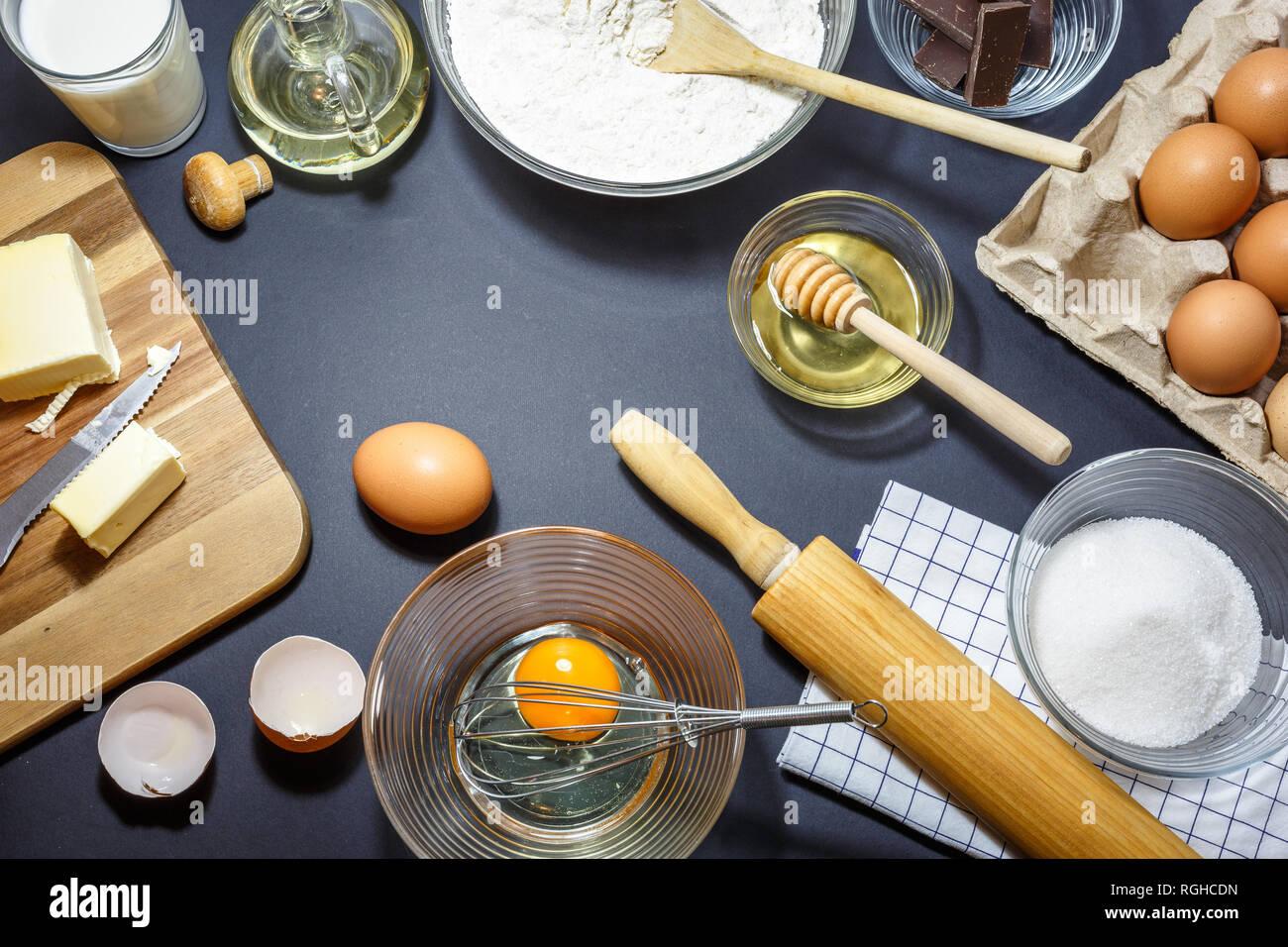 Küchengeräte Und Zutaten Für Kuchen Backen. Eier, Mehl, Öl