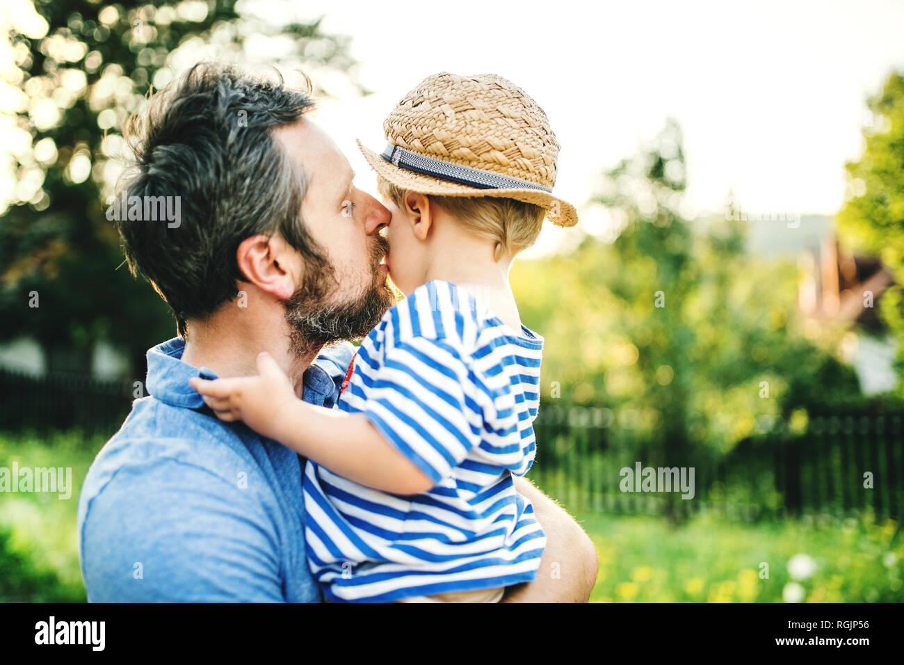 Vater seinen kleinen Sohn küssen Stockfoto