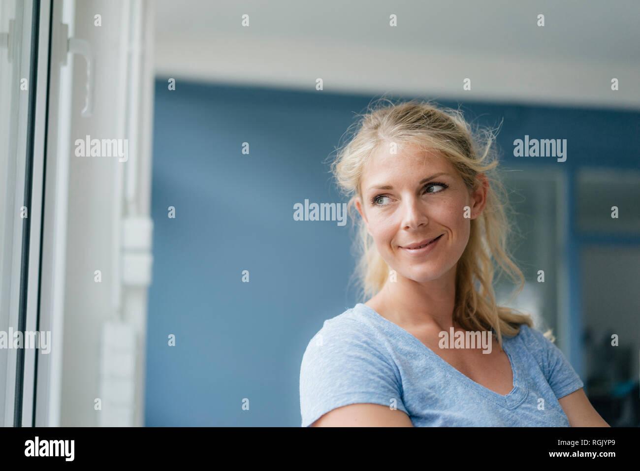 Portrait von lächelnden blonde Frau, schauen, seitwärts Stockbild