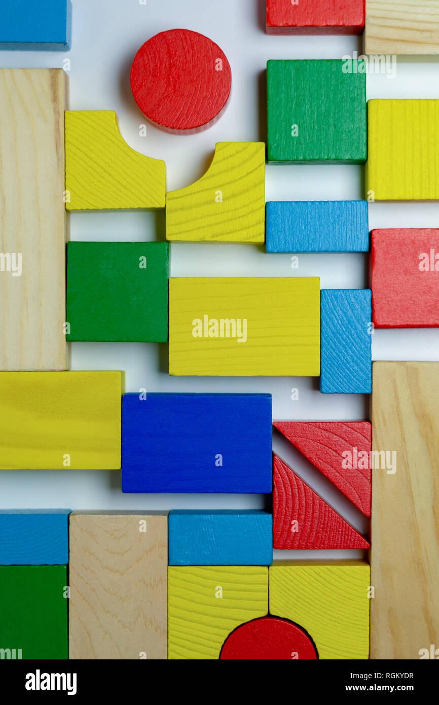 Die Anordnung der verschiedenen bunten Bauklötzen Stockbild