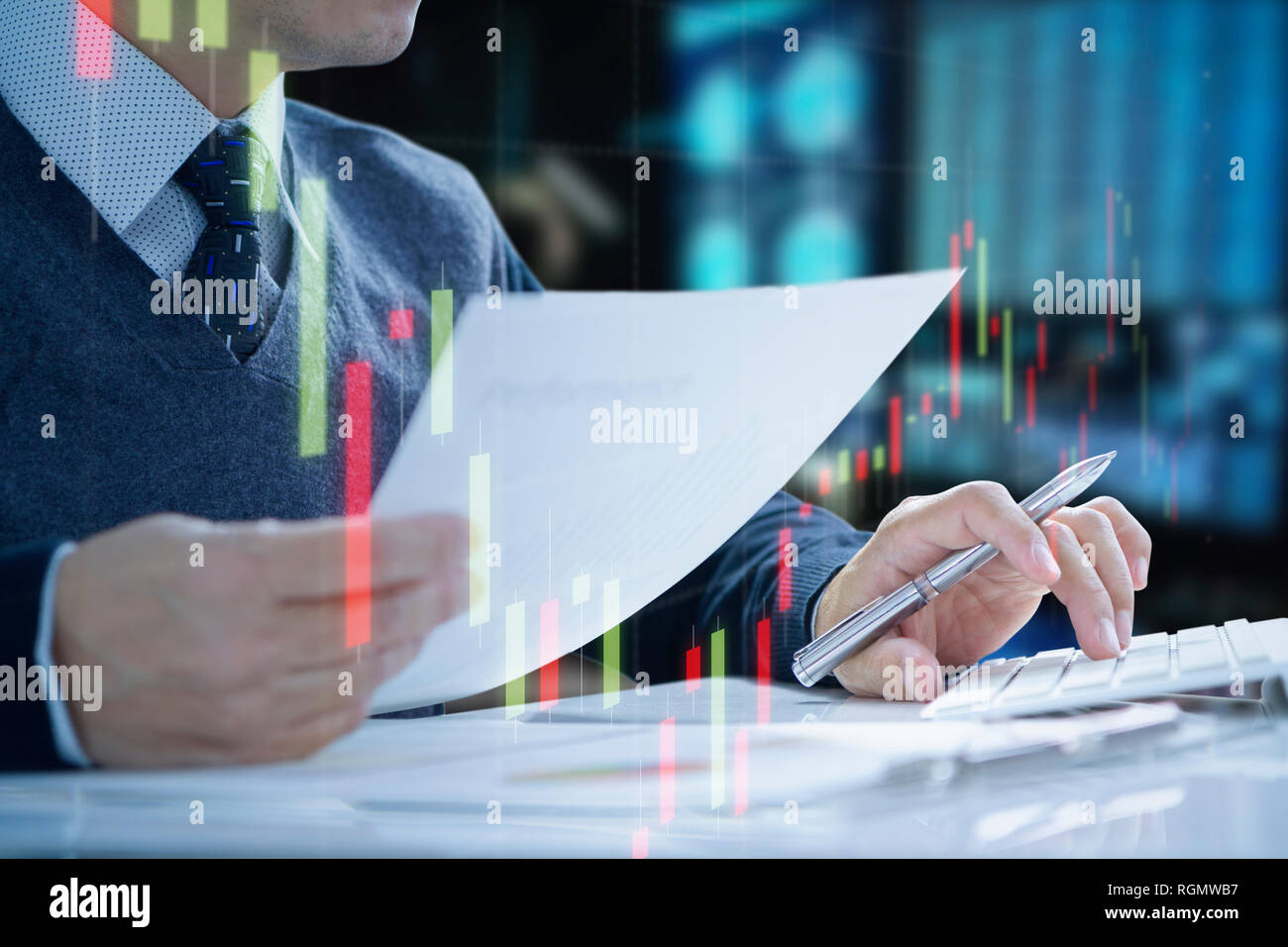 Unternehmer oder Manager im Büro Computer Tastatur drücken Sie Return on Investment, ROI, und einige Informationen über die Routinearbeiten. Stockbild