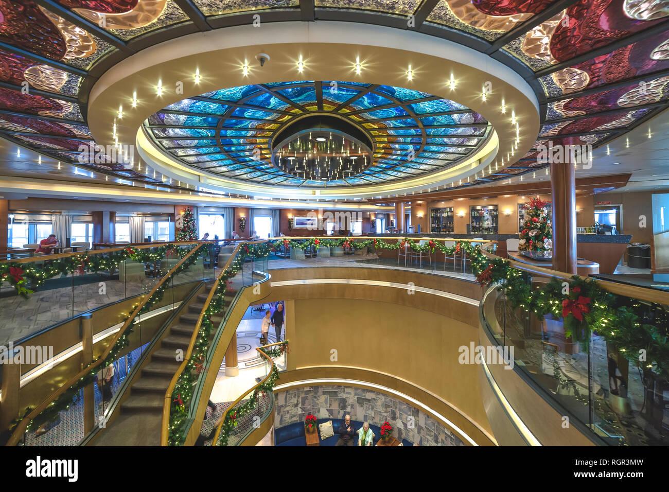 Interia von P&O Arcadia auf Seine Weihnachten und Neues Jahr Kreuzfahrt in die Karibik, eine 28 tägige Rundreise von Southampton. Stockfoto