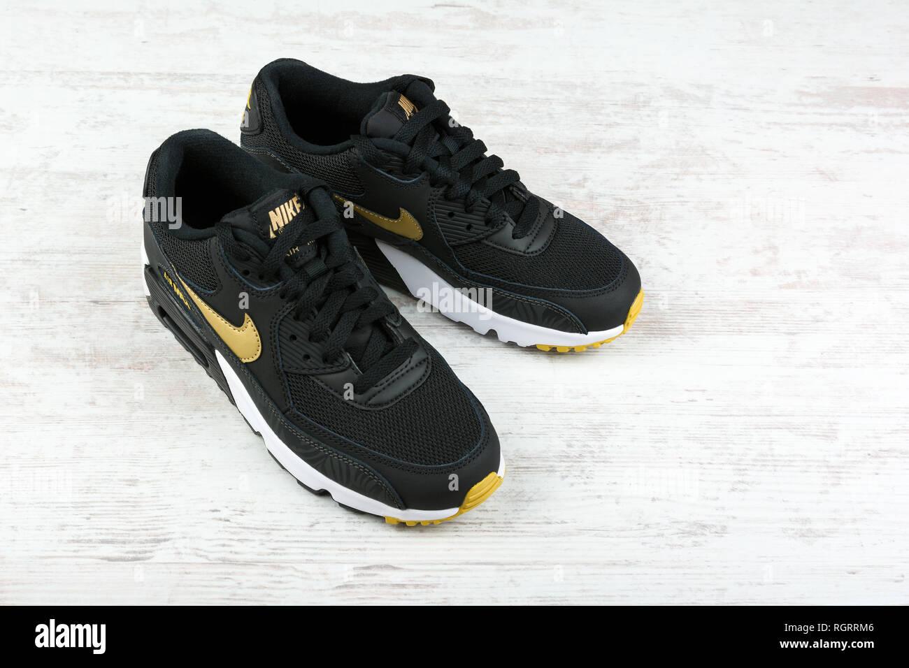 sports shoes 38f71 4b537 Dezember 2016 Nike Air max Frauen Schuhe - Sneakers in Schwarz, Weiß,  Holz- Hintergrund. Nike ist eine globale Sport Kleidung und