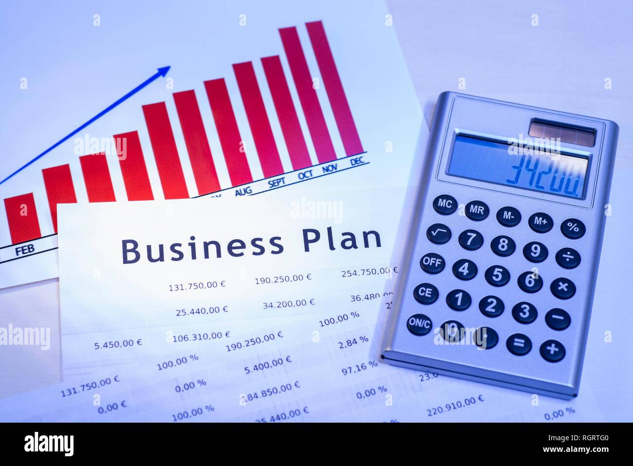 Business Plan mit Tabellen, Graphen und einen Taschenrechner. Stockbild