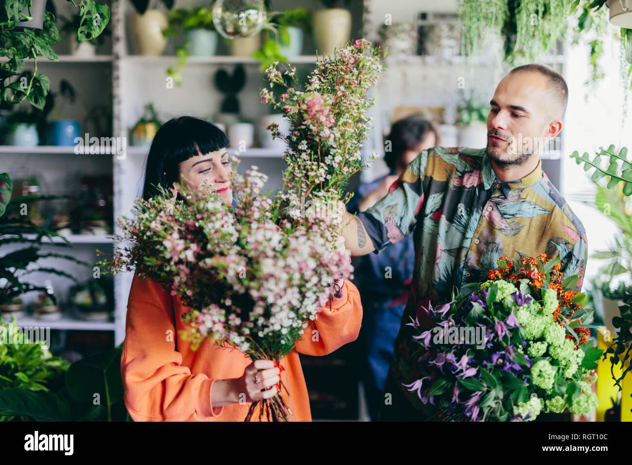 Mann und Frau im Blumenladen arbeiten. Kreative Besetzung, die Inhaber kleiner Unternehmen. Shopping und Handel. Stockbild