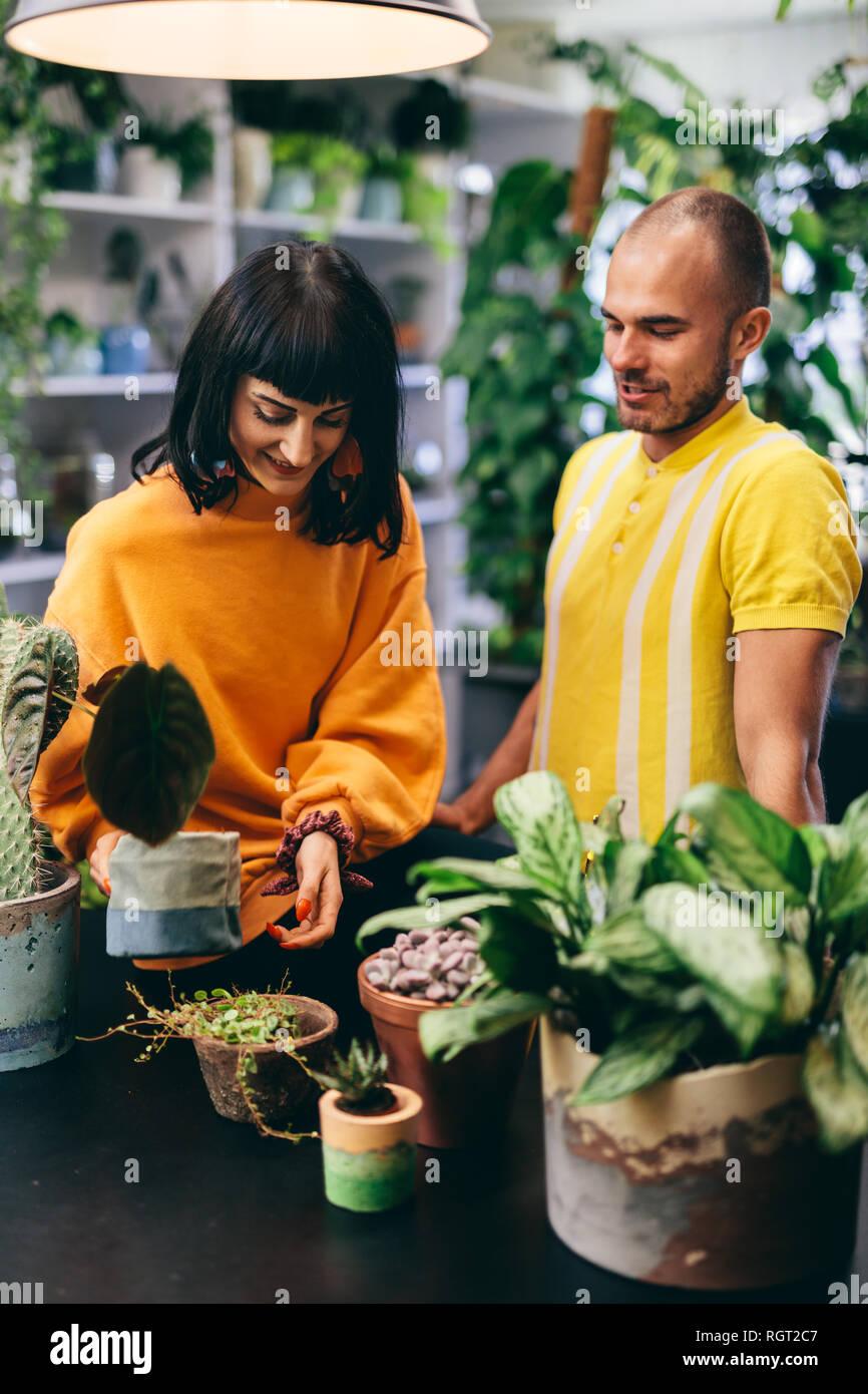 Mann und Frau im Blumenladen arbeiten. Inhaber kleiner Unternehmen, Einzelhandel, Profis. Stockbild