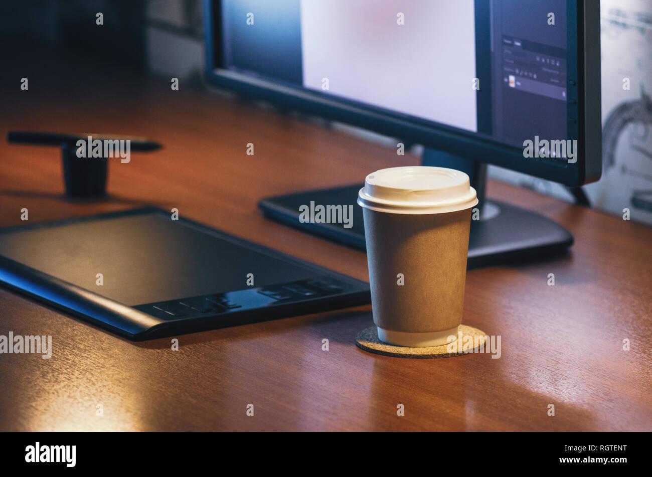 Pc von der Seite. Computer Graphics Tablet Tagebuch Tasse Kaffee. Konzept für die Website Banner, Mockup, Hintergrund, Präsentation und Marketing Material Stockbild