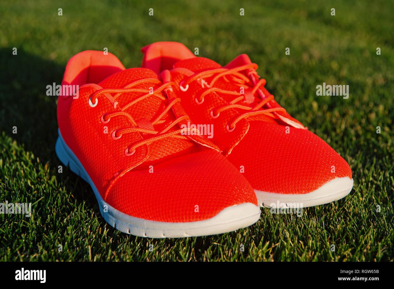 Sie GrasPaar Leben Führen Das Sneakers Auf Grünem 4ARj5L