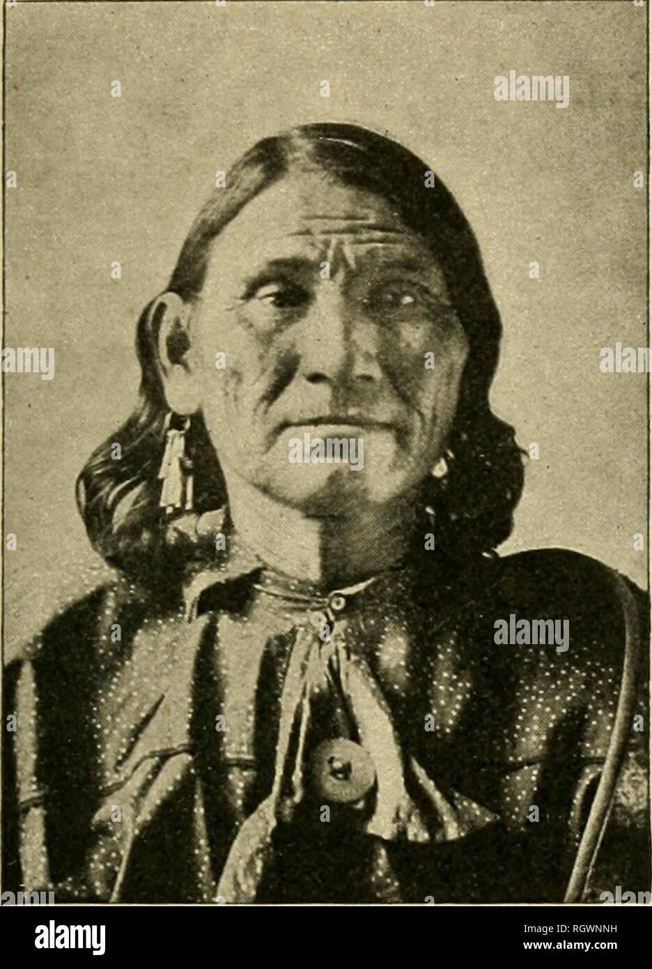 """. Bulletin. Ethnologie. Stier. 30] DELAWAEE 385 Männer, sind mehrere bekannte Familien von Wisconsin und Minnesota. (C. T.) Delaware. Eine Konföderation, früher die Wichtigste der Algonkin Lager, das sich über das gesamte Becken von Delaware r. In K. in Pennsylvania und s. e. New York, zusammen mit den meisten von New Jersey und Delaware. Tliey nannten sich Lenapeor Leni - Lenape, äquivalent zu """"echte Männer"""" oder """"native, echte Männer', die Eng-hsh kannte sie als Delawares, aus dem Namen Ihrer wichtigsten Fluss; die Frencli rief sie Loups, """"Wölfe"""", ein Begriff, der vermutlich Angewandte ursprünglich für den Ma-hic Stockfoto"""
