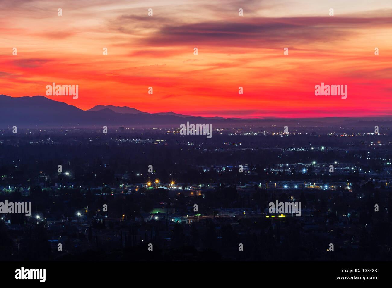 Bunte predawn Blick auf San Fernando Valley Nachbarschaften und ...