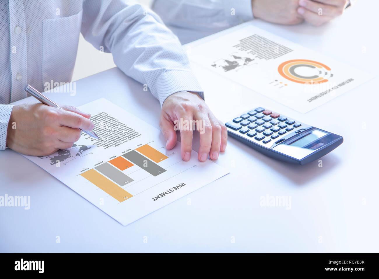 Unternehmer oder Analyst in einem Konferenzraum teilweise an Händen hält einen Stift auf ein Bericht abgeschnitten, die Analyse von Risiko und Rendite o Stockbild