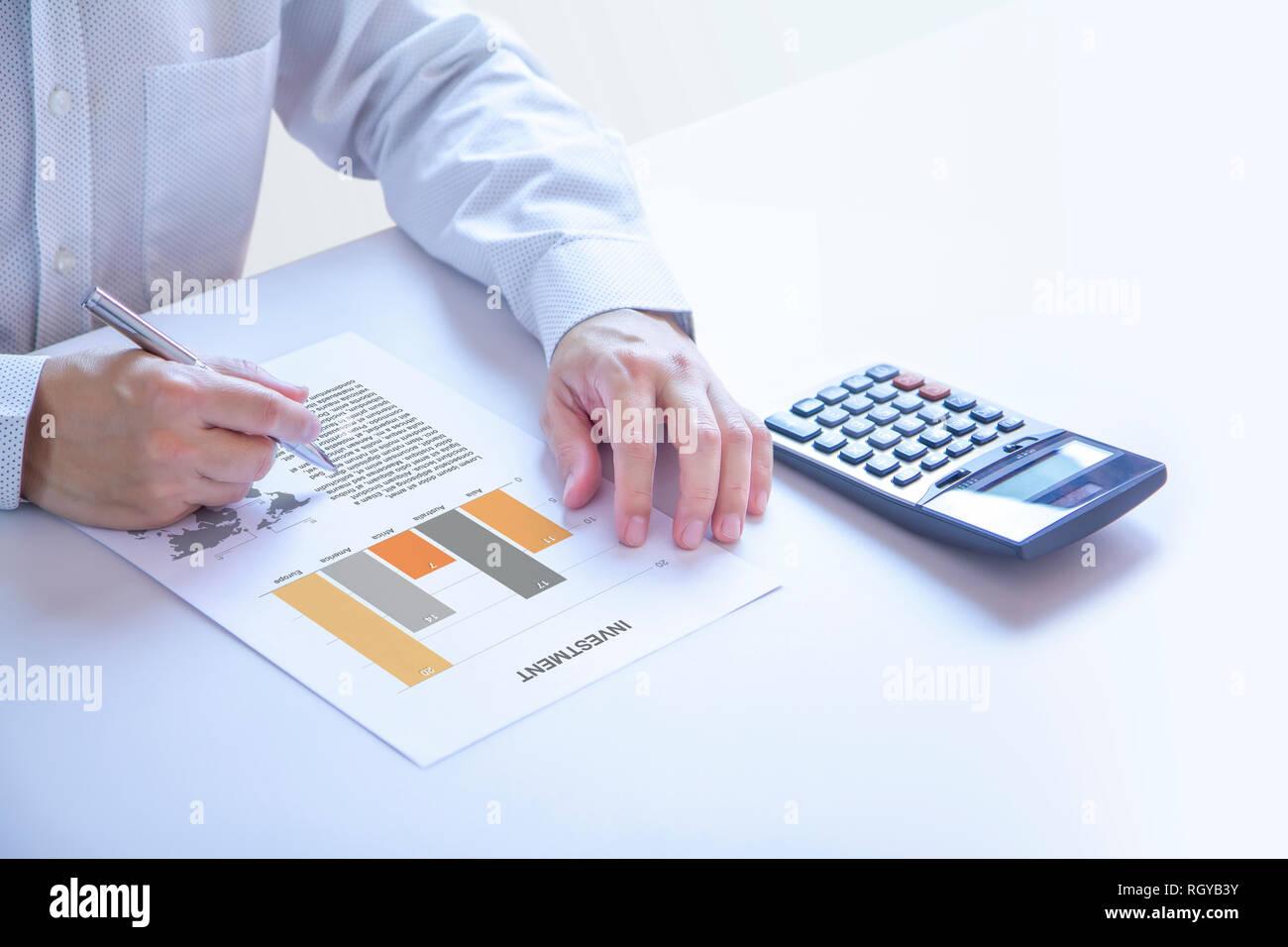 Geschäftsmann oder Analyst teilweise an seine Hände halten einen Stift auf ein Bericht abgeschnitten, die Analyse von Risiko und Rendite - Stockbild