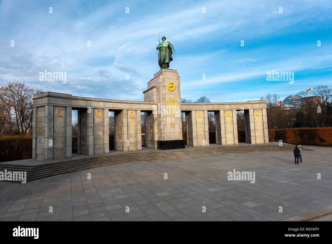 Berlin Sowjetische Ehrenmal im Tiergarten zum Gedenken an Soldaten in der Schlacht um Berlin ums Leben gekommen. Sowjetisches Ehrenmal im Tiergarten. Stockfoto