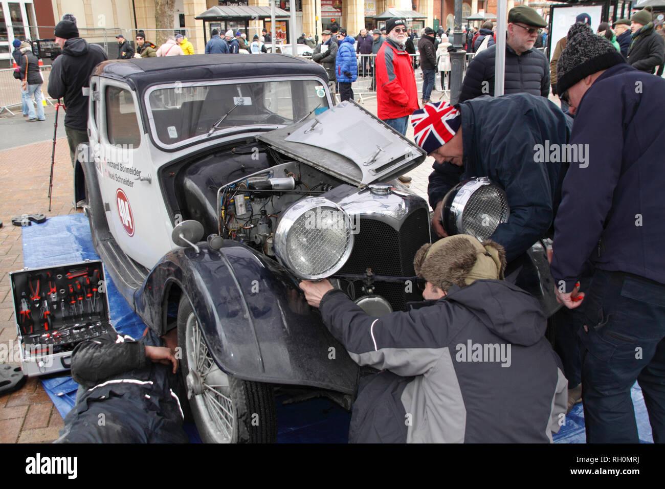 Banbury, Oxfordshire, UK. 31. Januar, 2019. Blue Diamond Riley Service Team der Instandsetzung der Auto Kredit: MELVIN GRÜN/Alamy leben Nachrichten Stockbild