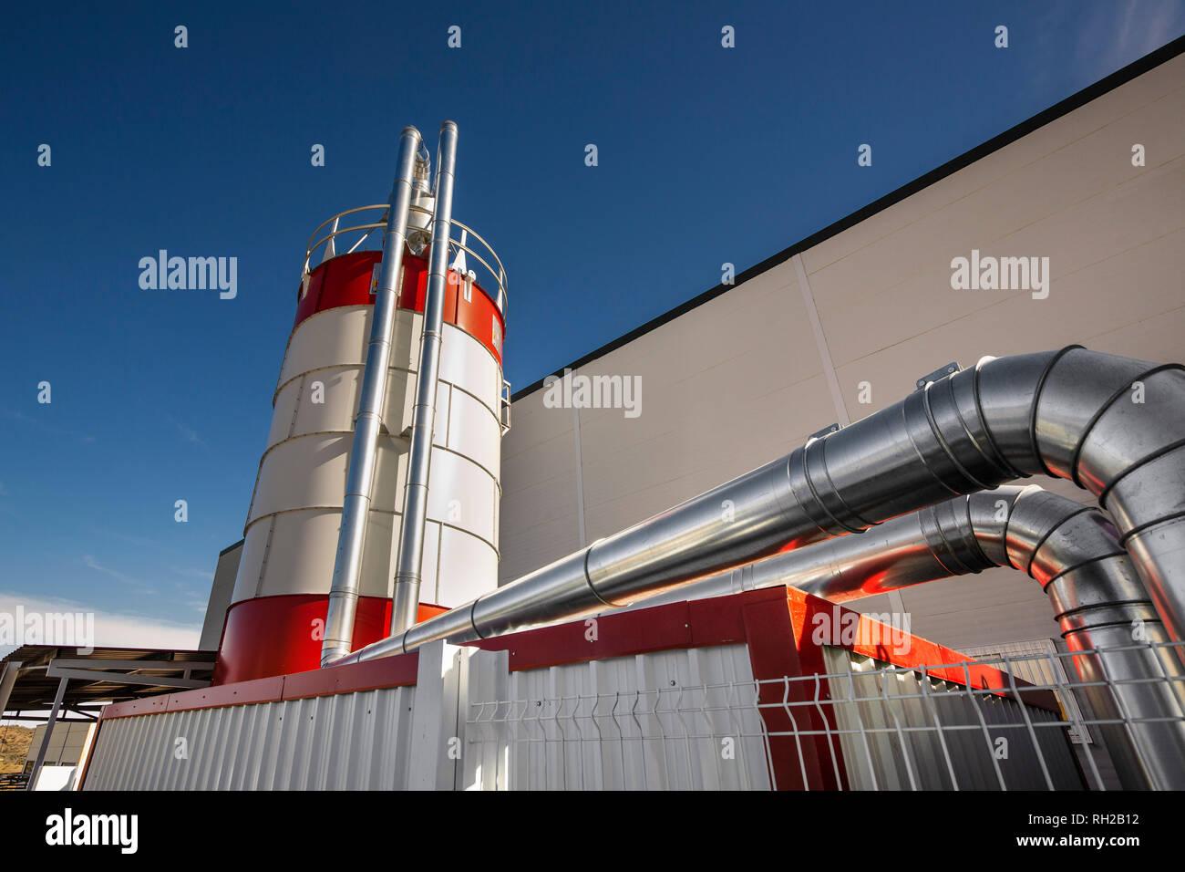 Industrielle Entstaubungsanlagen in einem holz fabrik. Monda, Provinz Malaga. Andalusien Spanien. Europa Stockbild