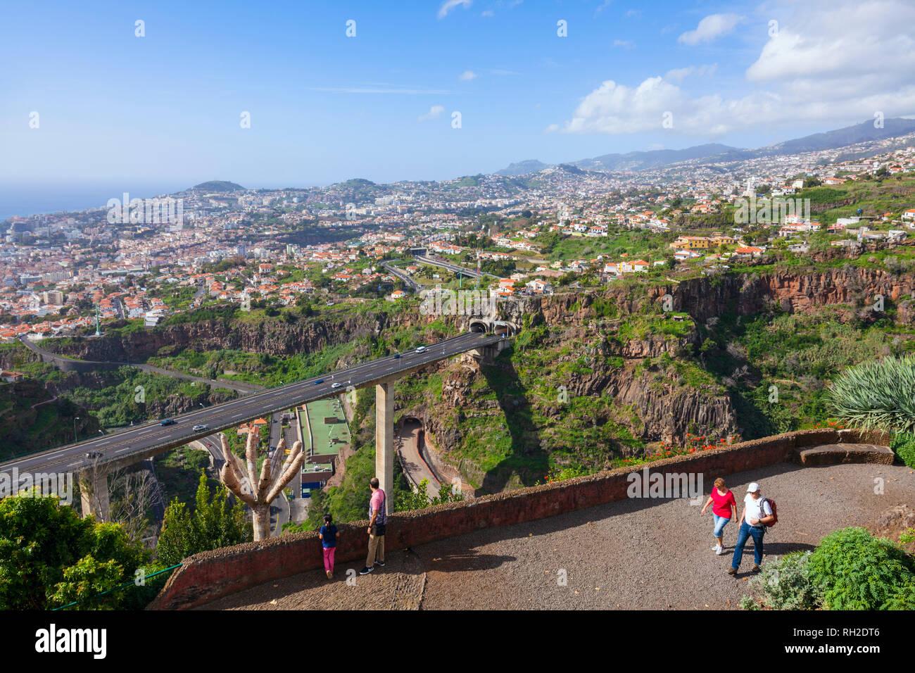 Touristen mit Blick auf Funchal von den Botanischen Gärten von Funchal botanischer Garten Jardim Botanico oberhalb der Hauptstadt Funchal, Madeira, Portugal Stockbild