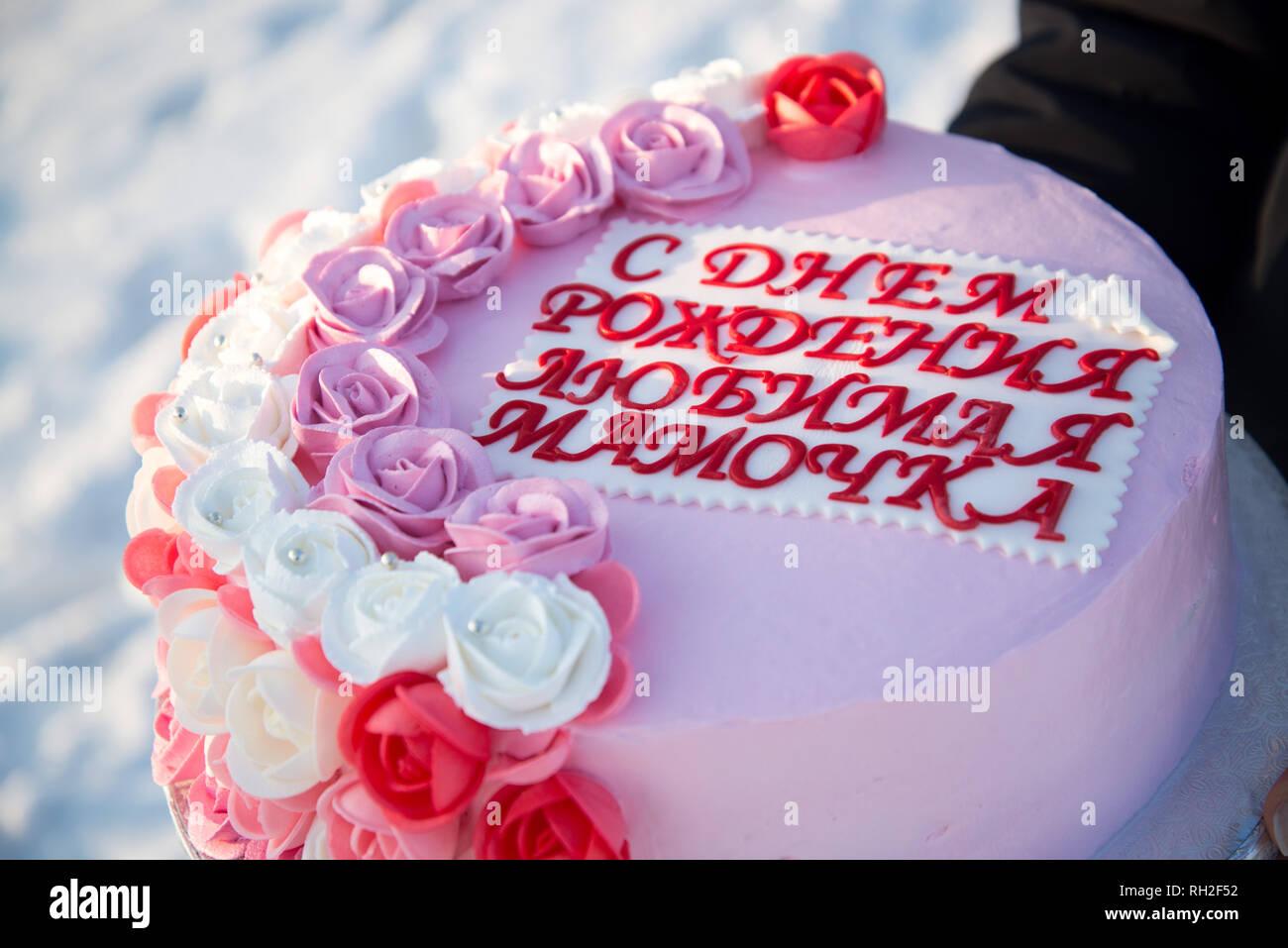 Schonen Kuchen Mit Rosa Blumen In Den Handen Eines Madchens Auf