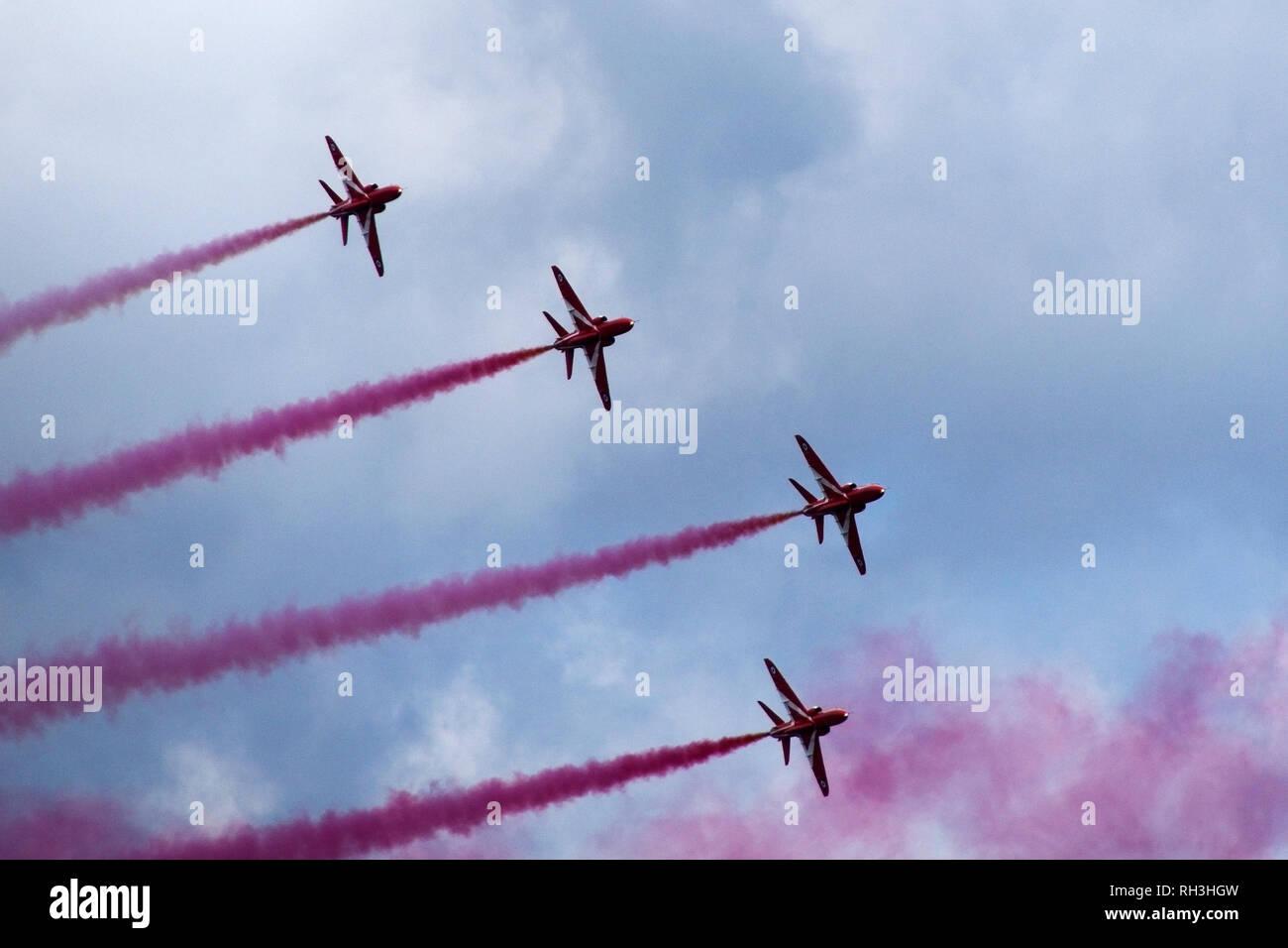 Die roten Pfeile in engen Formation während einer Flying Display auf Streitkräfte Tag fliegen. Ihre Geschicklichkeit und Präzision ist durch unaufhörliche Bohren und p erhältlich Stockbild