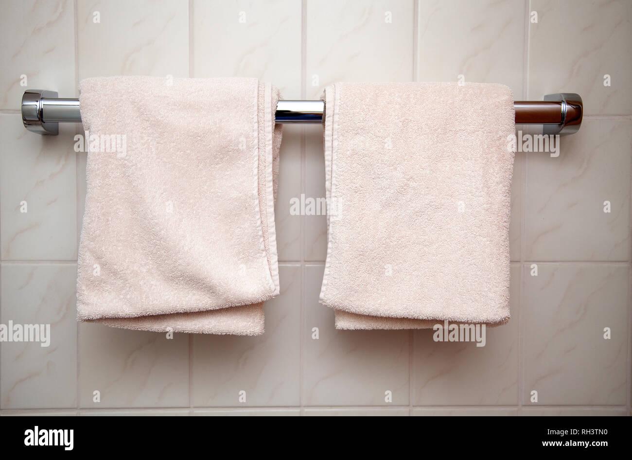 Zwei frische und saubere Handtücher im Badezimmer aufhängen ...