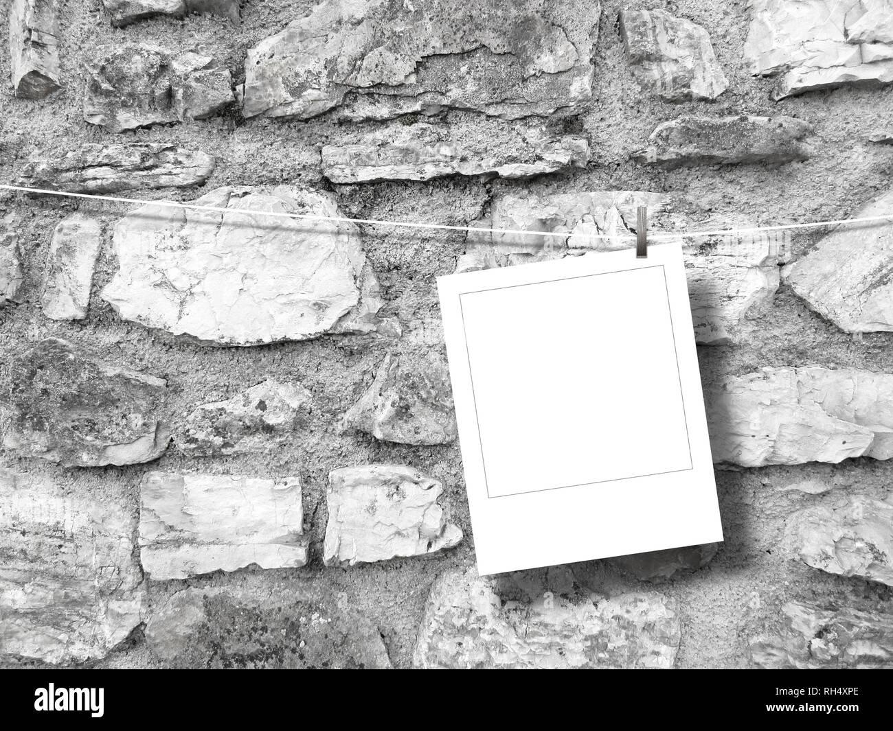 Leeres Quadrat instant Foto Rahmen gegen grauen Stein Wand Hintergrund Stockbild