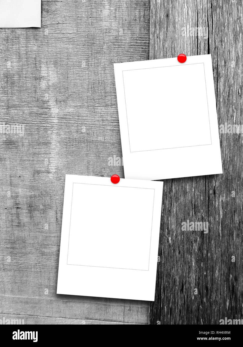 Zwei leere Quadrat instant Bilderrahmen gegen Grau zerkratzt Holzbretter Hintergrund Stockbild
