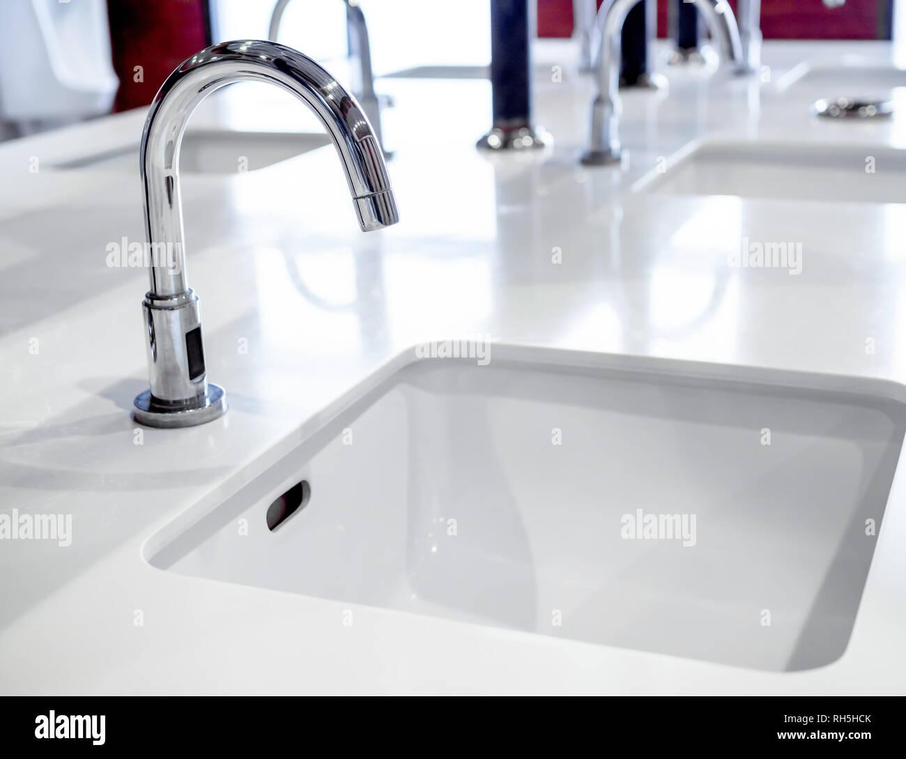 Edelstahl Wasserhahn Am Waschbecken Weiss Dekoration In Offentlichen