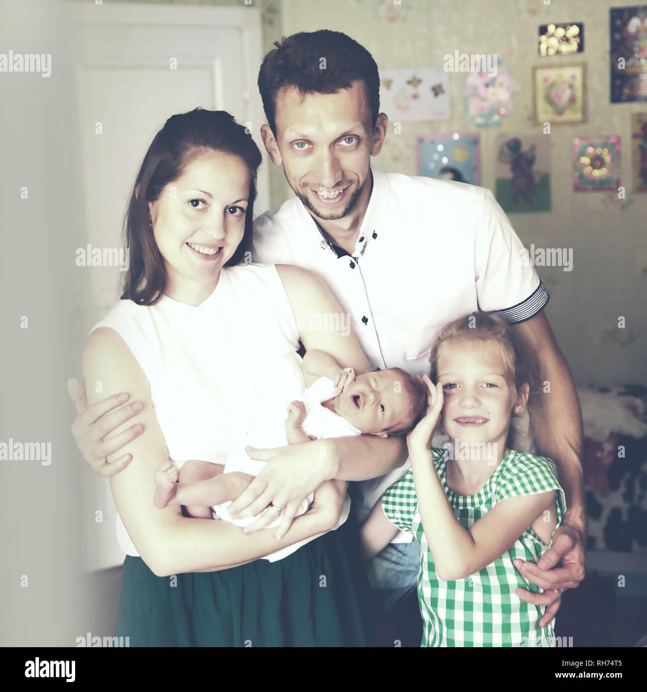 Vater, Tochter und Mutter mit einem neugeborenen Baby Stockbild