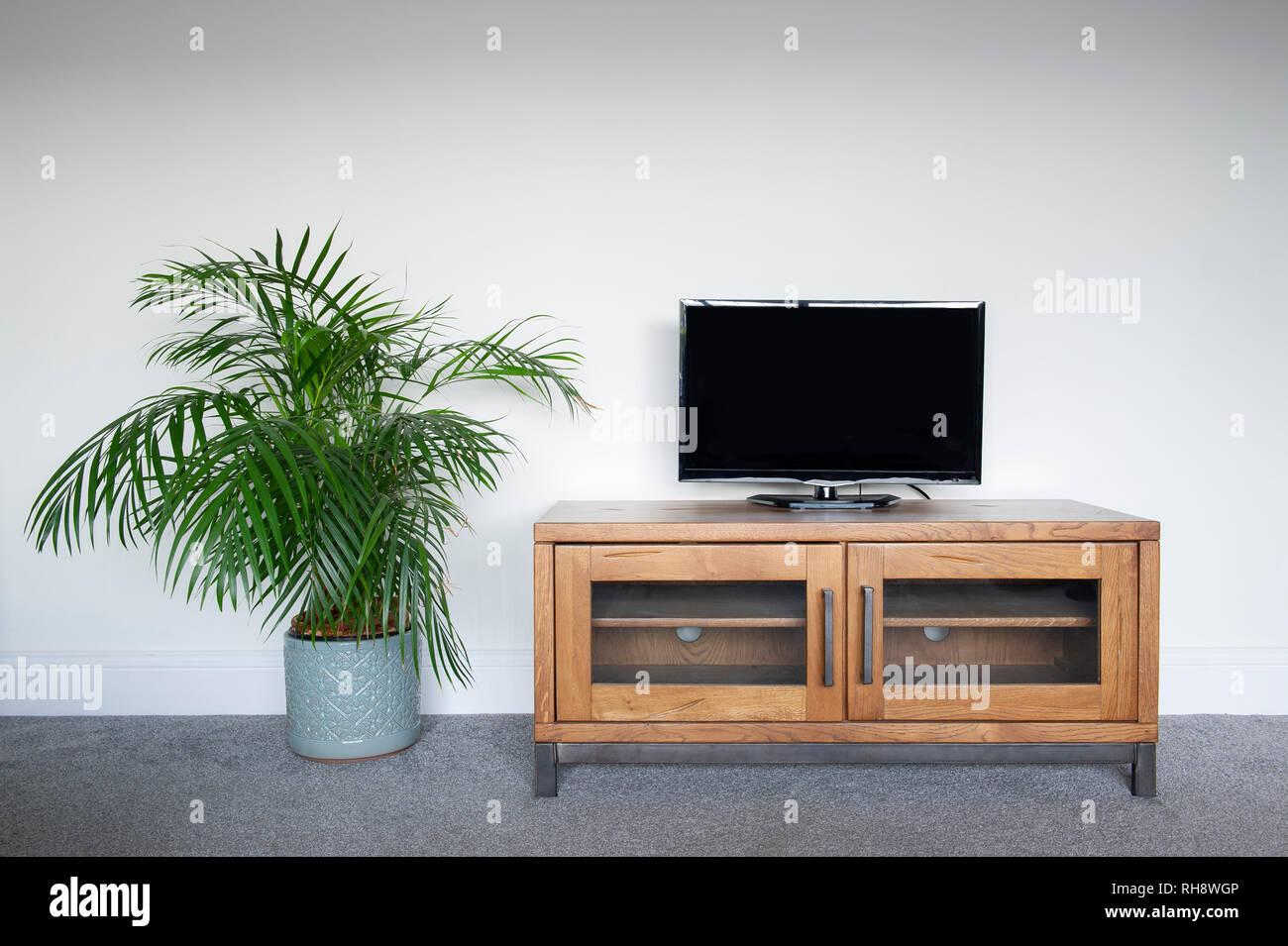 Eine industrielle Holz und Metall TV-Gerät im Wohnzimmer ...