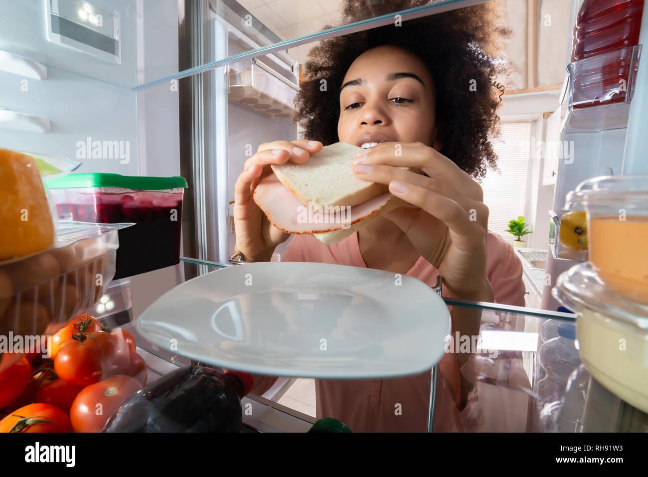 Kühlschrank Platte : Hunger frau schinken sandwich von der platte im kühlschrank