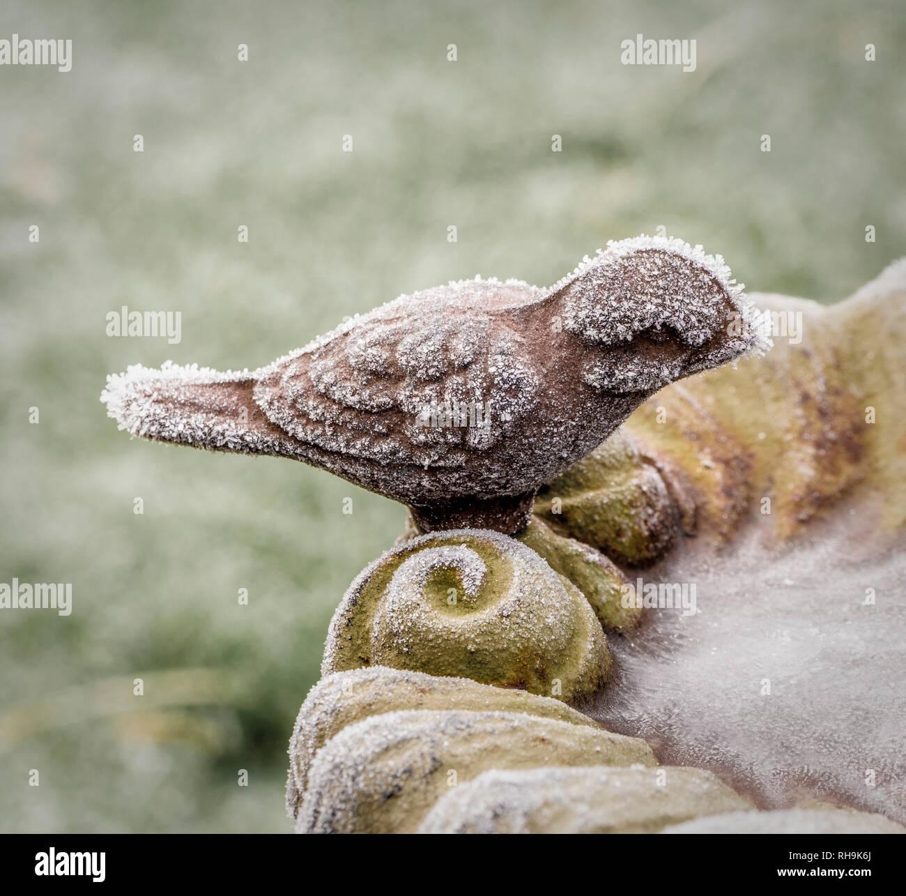 Gefrorene Gusseisen Vogelbad. Stockbild