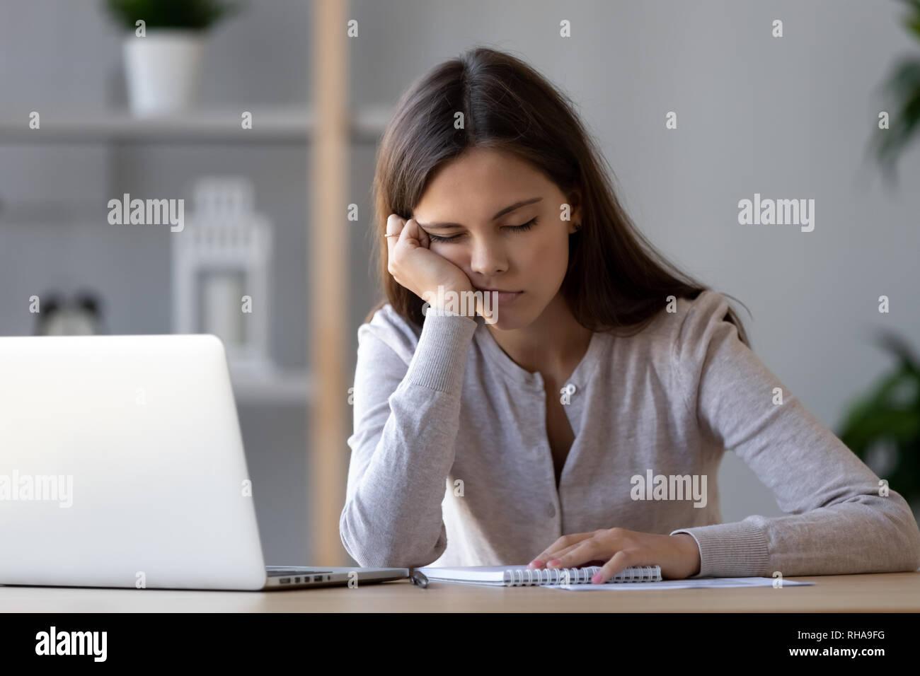 Lustige Frau Ruht Auf Hand Schlafen Am Arbeitsplatz Langweilen Stockfotografie Alamy