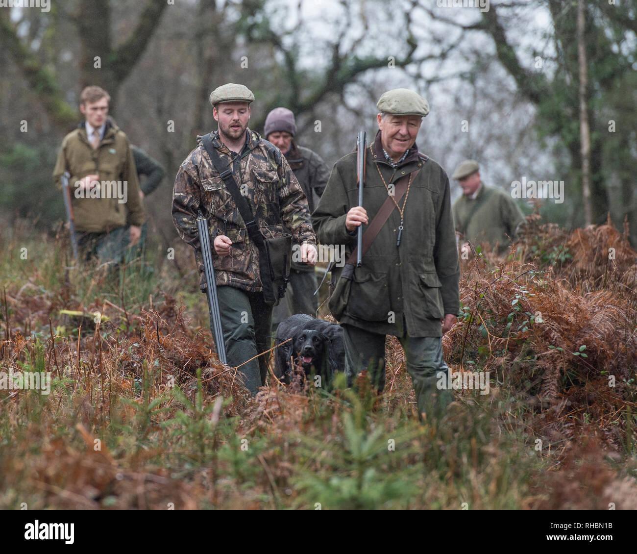 Gruppe von Jägern mit Gewehren zu Fuß Stockbild