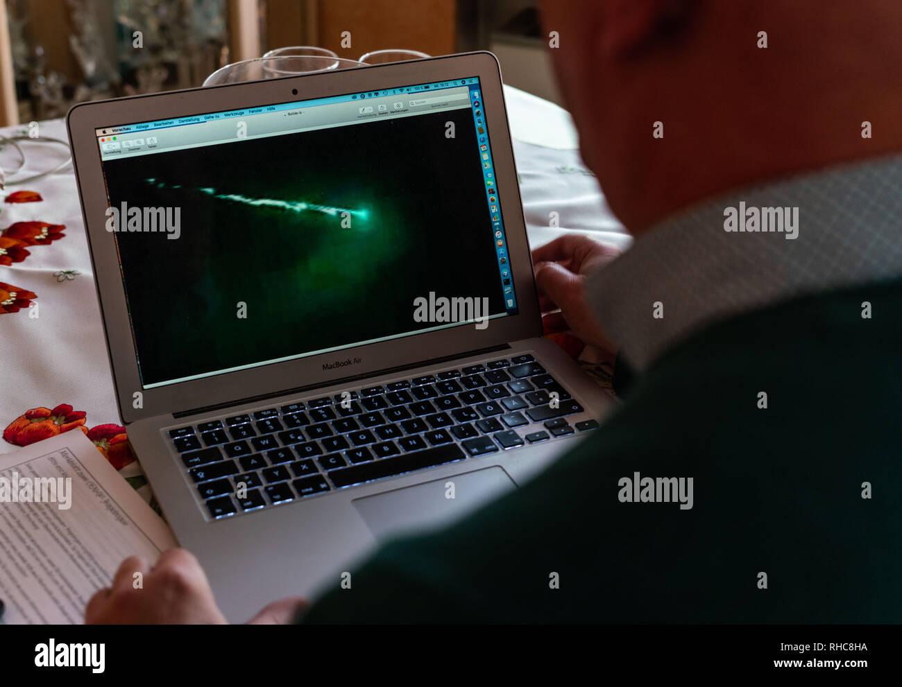"""16 Januar 2019, Hessen, Lützelbach-Breitenbrunn: Hansjürgen Köhler von der Zentralen Forschung Netzwerk von außergewöhnlicher Himmelserscheinungen (CENAP) sitzt in seiner Studie am Computer. Er schaut auf ein Bild, das ihm geschickt wurde und - auf den ersten geheimnisvoll - Zeigt das Eindringen einer so genannte Bolide, eine große Sternschnuppe, in die Atmosphäre der Erde. Die hobby Astronom und Ufo-Forscher, hat es seine Aufgabe zu fliegende Objekte und Wetterphänomene und die Öffentlichkeit darüber zu informieren. (Dpa' Erleuchtung durch Grund: Ufo Hunters, Archiv online"""" vom 02.02.2019) Foto: Frank Stockbild"""
