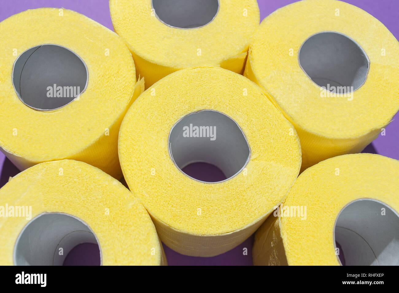 Muster Von Hellen Gelben Toilettenpapierrollen Auf Lila Hintergrund