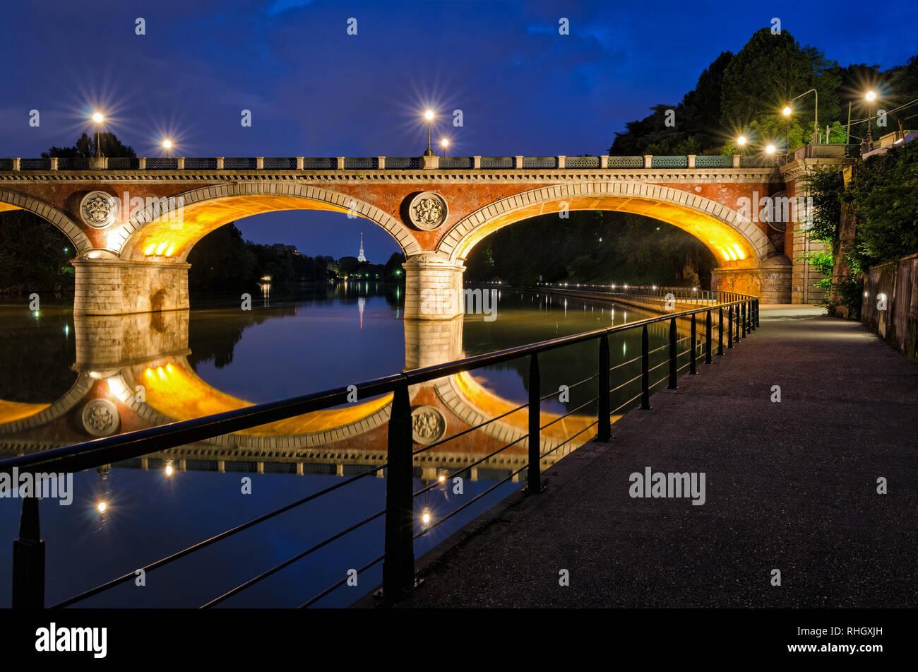 Turin (Torino) Ponte Isabella und Fluss Po zur blauen Stunde mit Mole Antonelliana im Hintergrund Stockfoto