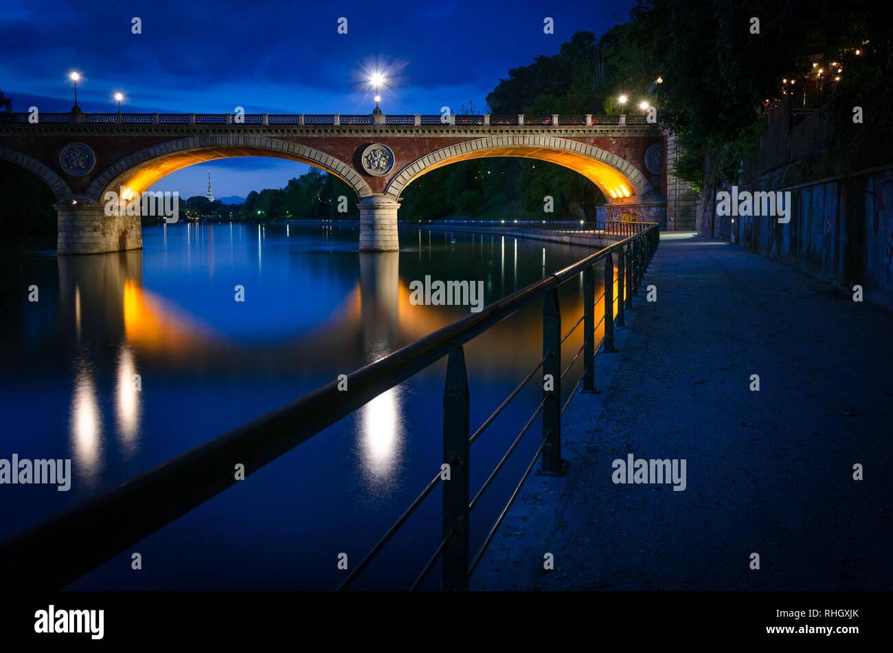 Turin (Torino) Ponte Isabella und Po an der blauen Stunde mit Mole Antonelliana im Hintergrund 1. Stockfoto