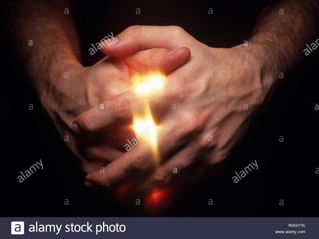 Hände Erfassen von Licht als wenn ätherische Energie versucht zu entkommen Stockbild