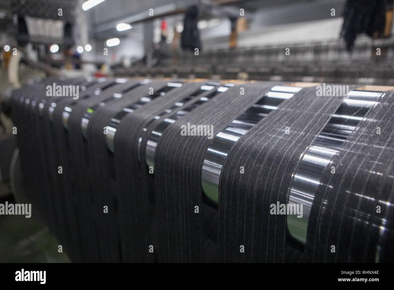 garn thread linien auf der webmaschine webstuhl ein webstuhl maschine fur kleidung oder gewebtes etikett