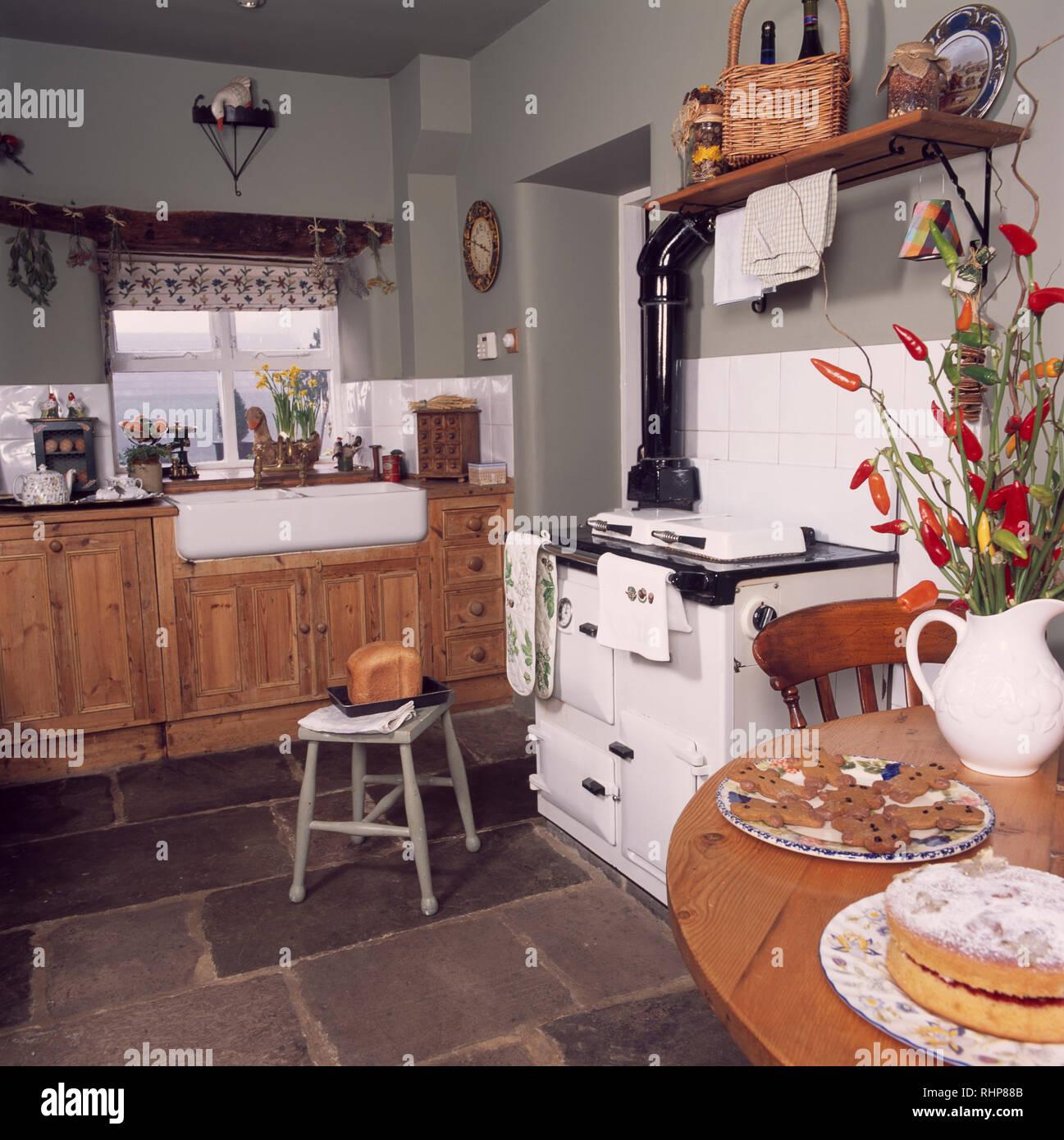 Weiss Aga In Grau Cottage Kuche Mit Schieferboden Stockfoto Bild