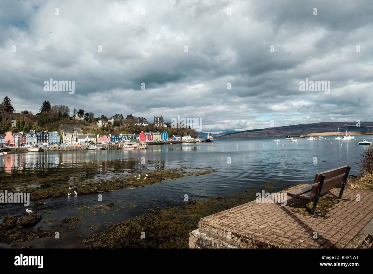 Sitzbank mit Blick auf Tobermory Stadt im Hintergrund, Mittwoch, 11 April 2018, Tobermory, Schottland Stockbild