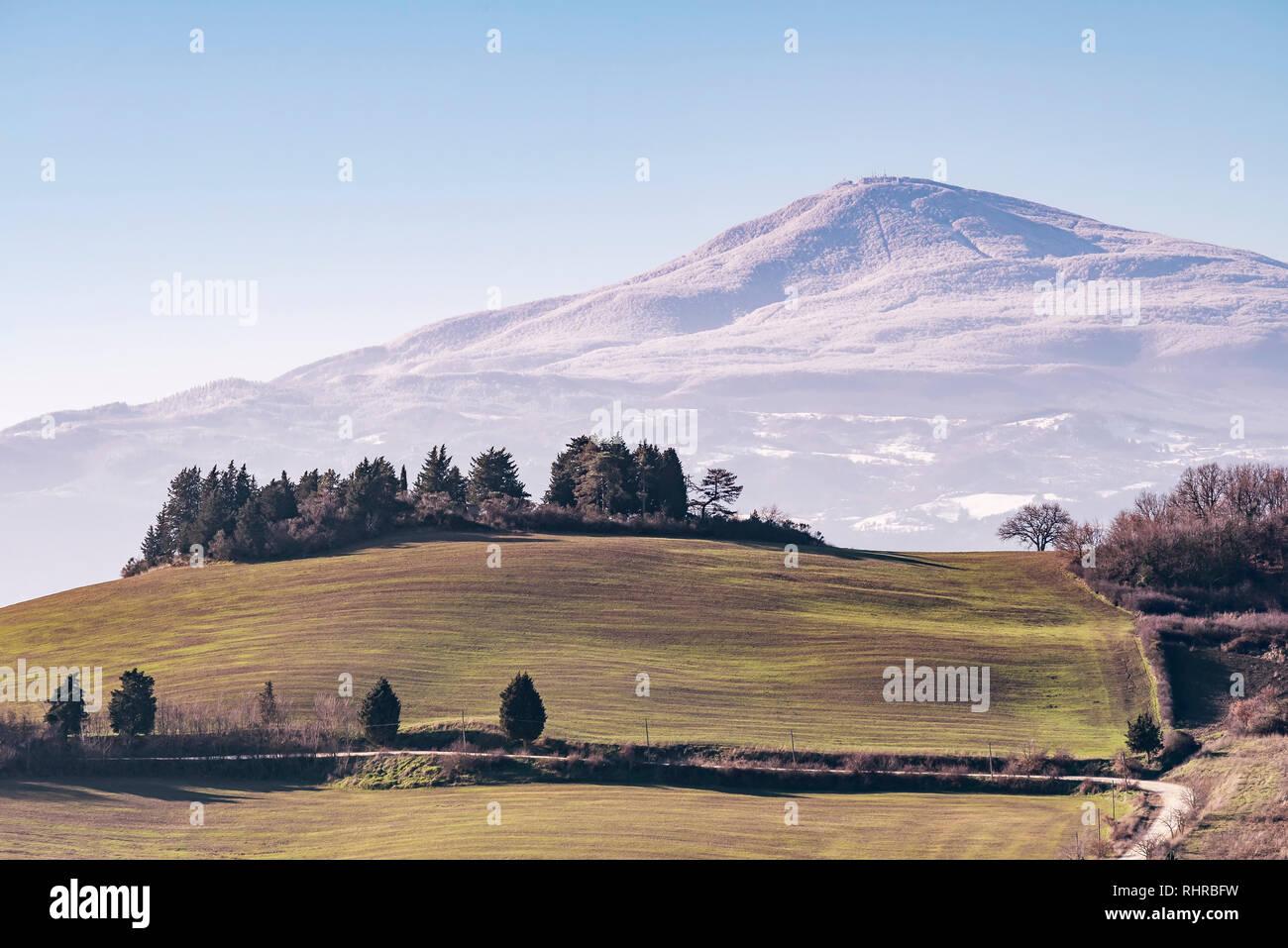 Schöner Panoramablick auf Monte Amiata mit Schnee bedeckt von Monticchiello, Siena, Toskana, Italien Stockfoto
