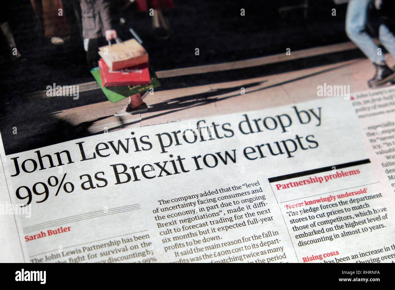 """Guardian Artikel Überschrift """"John Lewis Gewinne fallen um 99% als Brexit Zeile bricht' London England UK September 2018 Stockbild"""
