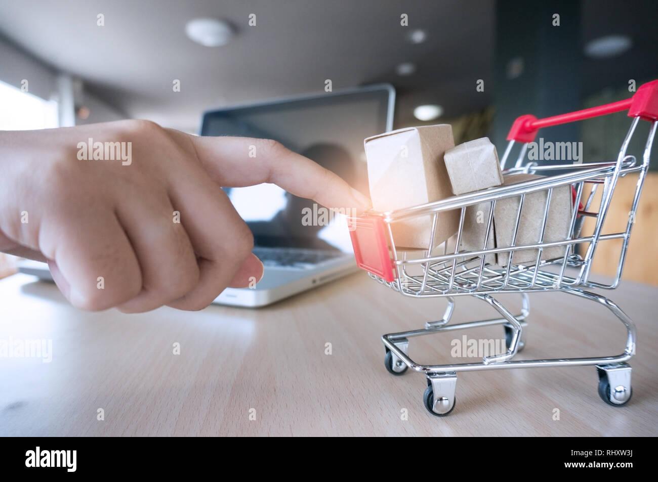 2c61f671a9e44c Frau Zeigefinger drücken klein Warenkorb mit Internet online shopping  Konzept