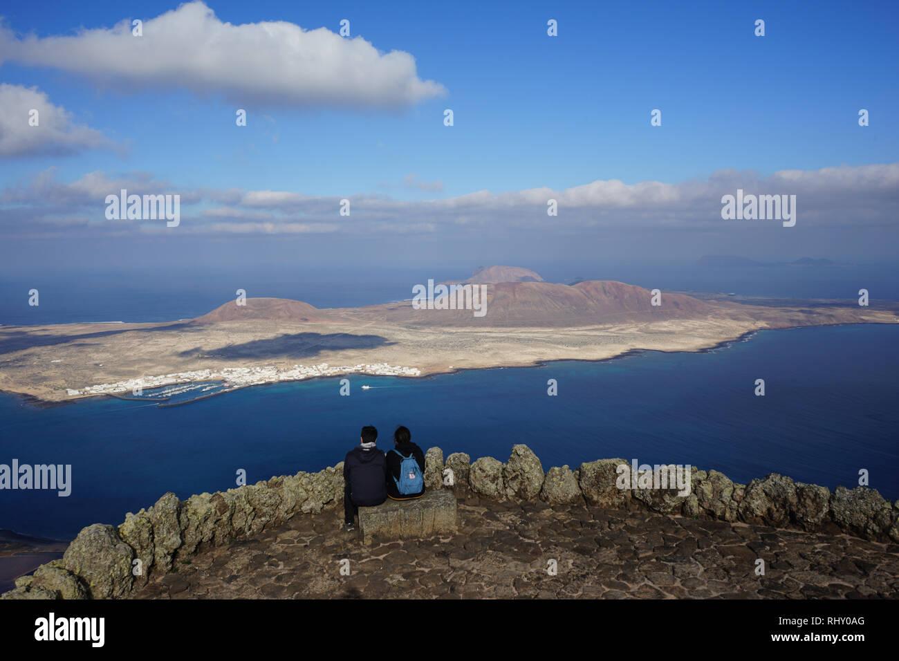 Mirador del Rio, gestaltet von Cesar Manrique, Oberste Aussichtsplattform, schöne Aussicht auf die Insel La Graciosa, Chinijo-Archipel, Lanzarote, Kanaren Stockbild