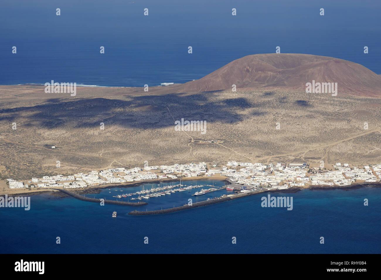 Blick vom Mirador del Río, die Insel La Graciosa und den Ort Caleto del Sebo, Lanzarote, Kanarische Inseln, Spanien Stockbild