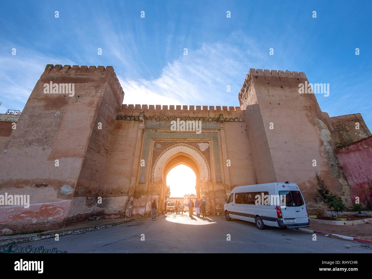 Meknes, Marokko - Ansicht von Meknes auf Bab Berdaine Tor. Meknes ist eine Stadt als UNESCO-Weltkulturerbe. Stockfoto